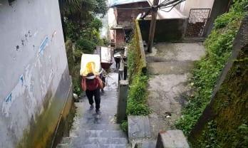 ガントックは急坂階段で往来できる