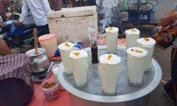 ゴミを漁る牛の乳を飲むヒンド人、ラッシーをありがたがる外人観光客