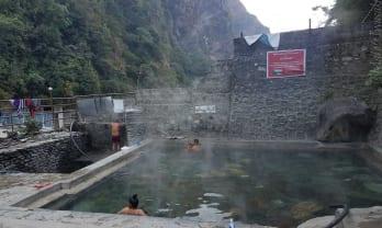 Tatopani の温泉は透明素直でシャワーもある