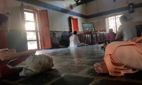 ラマナアシュラムの瞑想室にもクラクションが聞こえる