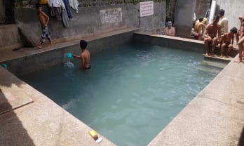 マナリの温泉は湯の花入り透明、熱くて狭混雑