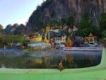 ブヤンニ洞窟寺温泉で猿も湯遊び