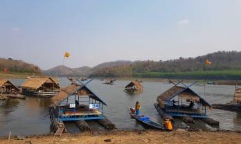 筏船で食べるフイナムマン湖上レストラン: Loei