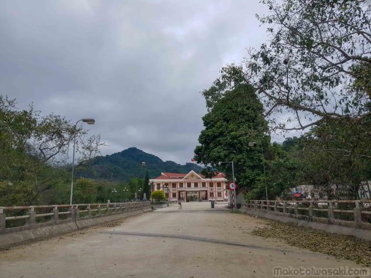 ベトナム側に渡る小橋