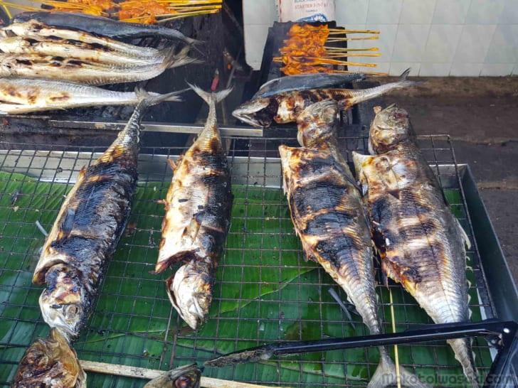 市場で焼き魚50฿